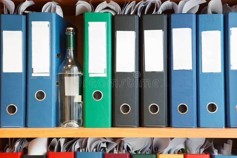Alkoholismus auf Arbeit stockfoto