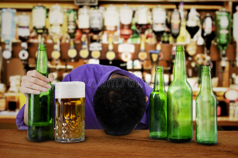 Alkoholist som sover i stången arkivbilder