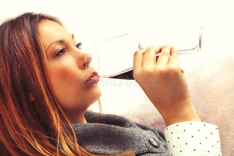 Alkoholizm, kobieta pije szklanego czerwone wino strona zdjęcia stock