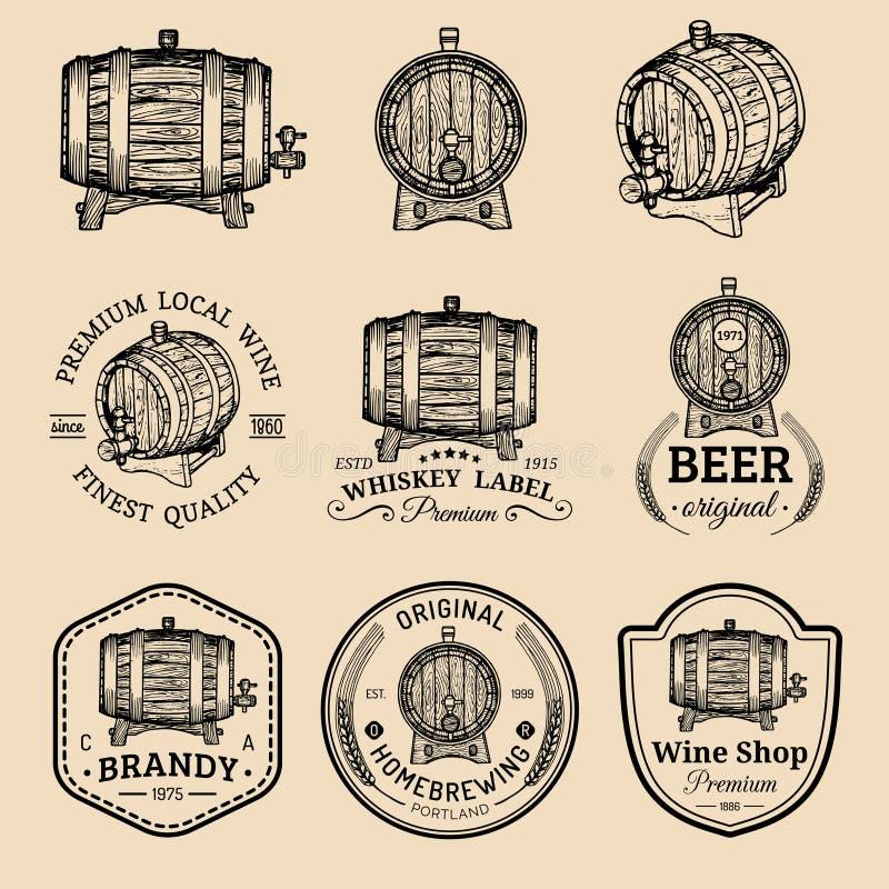 Alkohollogoer Trätrummor ställde in med drinktecken av konjak, konjak, whisky, vin, öl Etiketter med handen skissade kaggar stock illustrationer