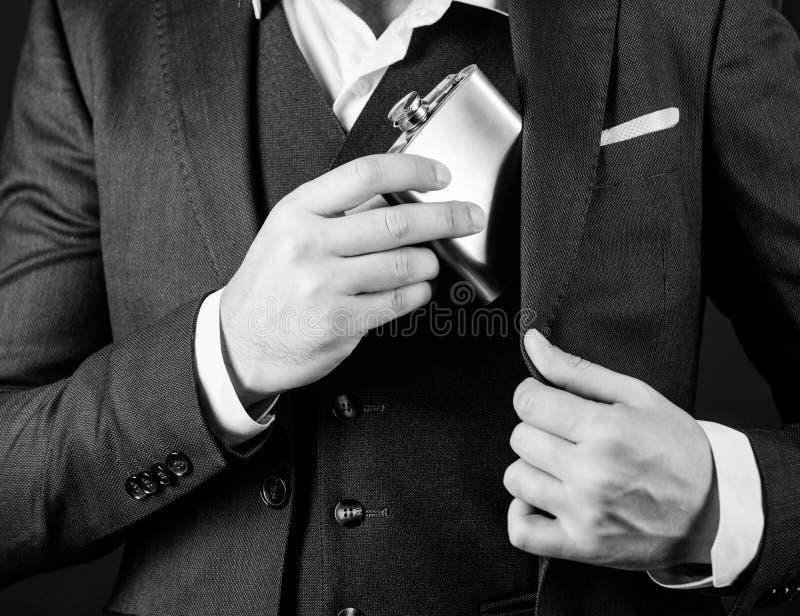 Alkoholmissbrauch des Mannes hat schlechte Sucht Junggeselle und einzelnes Gesch?ftsmann in der Klage Konzept des Alkoholmissbrau lizenzfreie stockfotografie