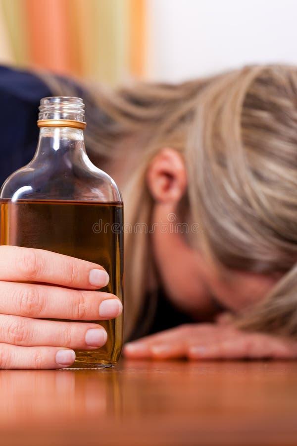 Alkoholmissbrauch - Frau, die zu viel Weinbrand trinkt stockfotografie