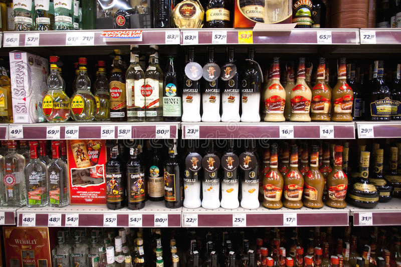 Alkoholregal im Speicher stockbild
