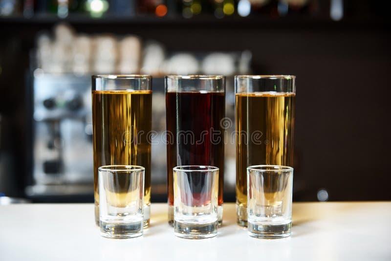 Alkoholschüsse und leerer Stemware stockfotografie