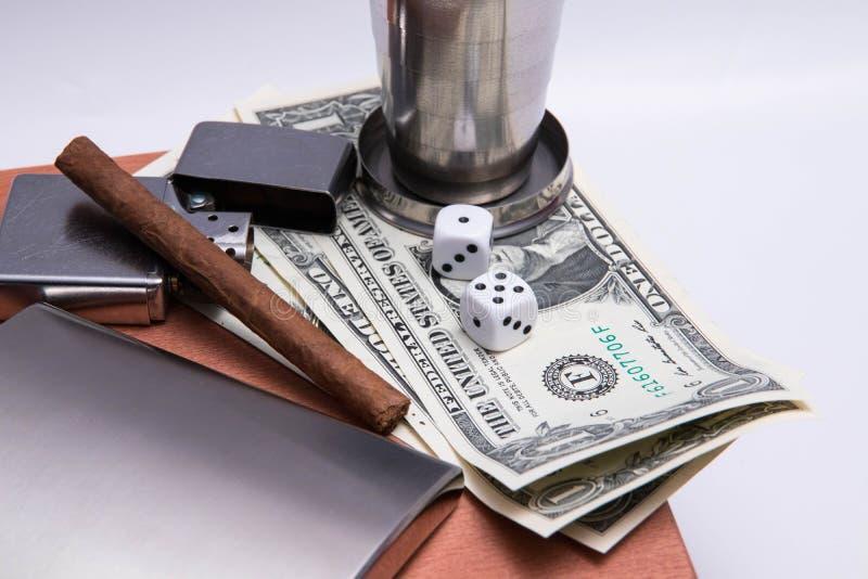 Alkoholu cigard błyskowa zapalniczka dopasowywa zippo kostka do gry dolarowego rachunku drewna szklaną teksturę fotografia stock