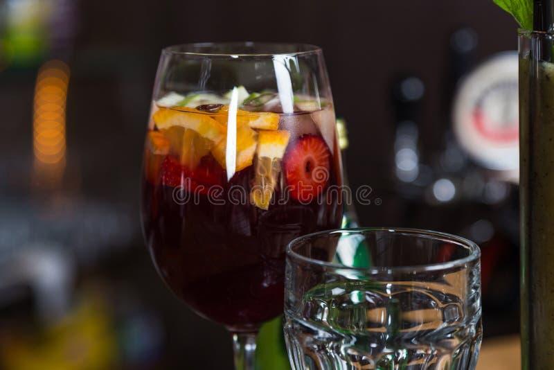 Alkoholu koktajl w szkle na barze dla przyjęcia zdjęcie royalty free