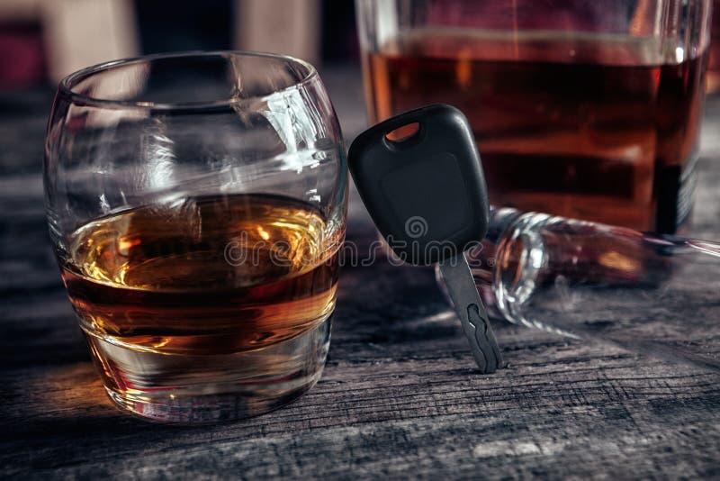 Alkoholu napój, samochodów klucze i pusty szkło, obrazy royalty free