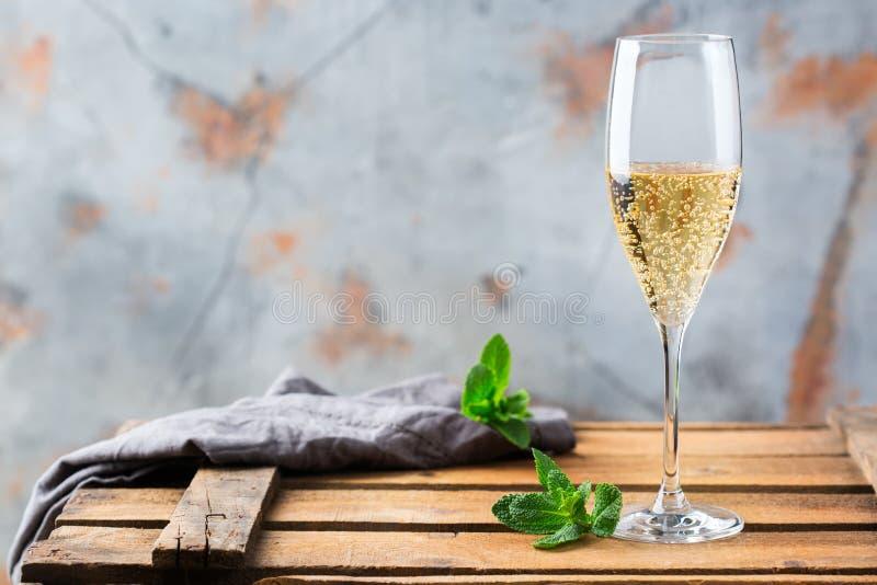 Alkoholu napój, napój, szampański iskrzasty wino w fletowym szkle zdjęcia stock