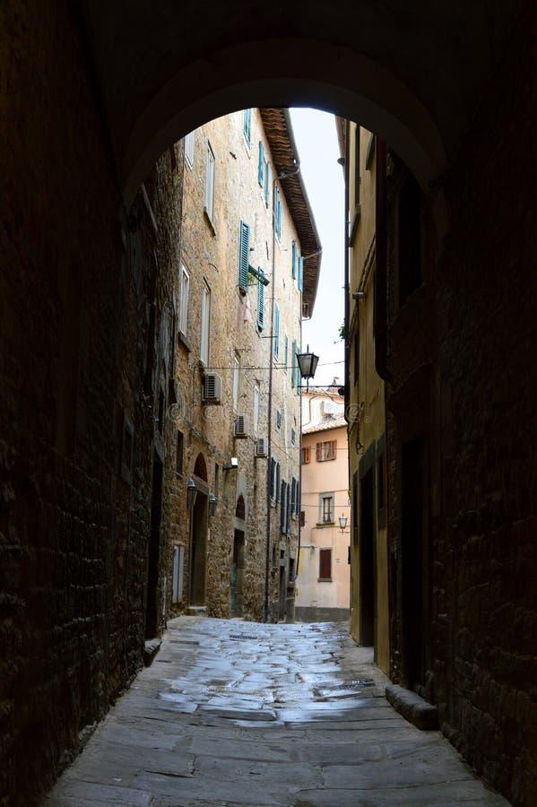 Allée étroite dans la vieille ville italienne photographie stock libre de droits