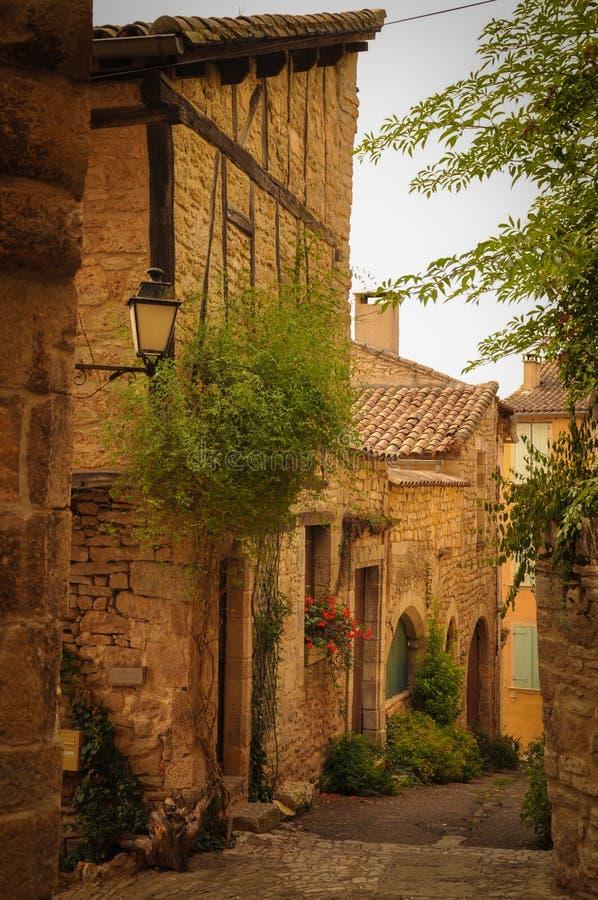Allée étroite dans le petit village médiéval de Bruniquel photo stock