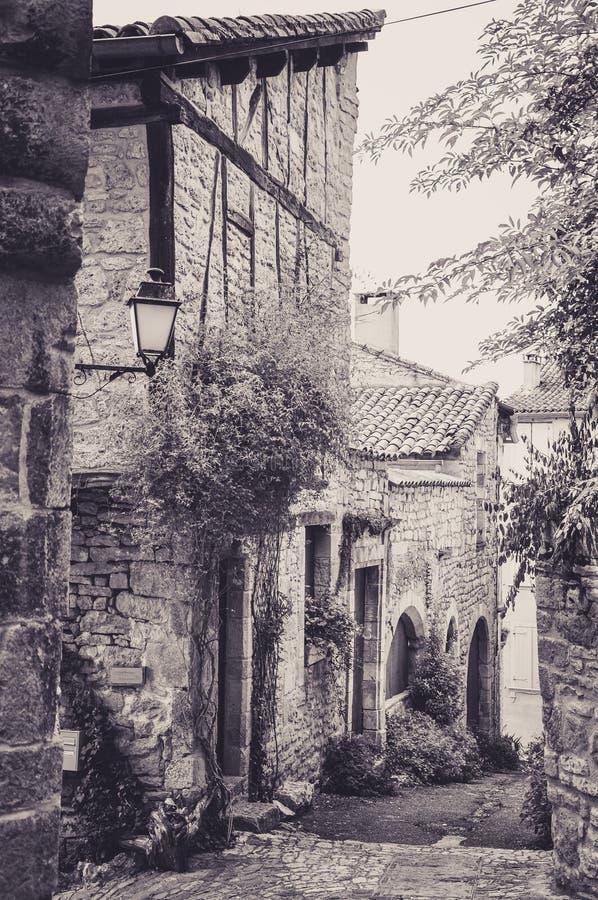 Allée étroite dans le petit village médiéval de Bruniquel images libres de droits