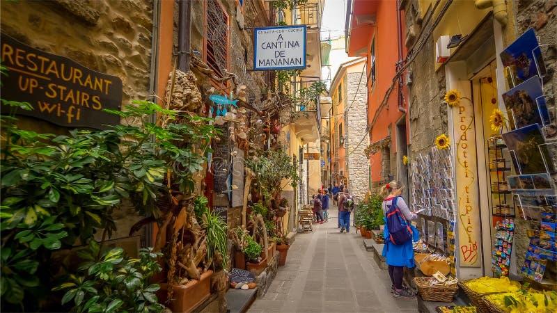 Allée étroite en Cinque Terre Village de Corniglia, La Spezia, Italie images libres de droits
