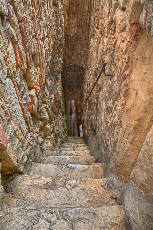 Allée étroite et foncée dans Atessa, Abruzzo, Italie image stock