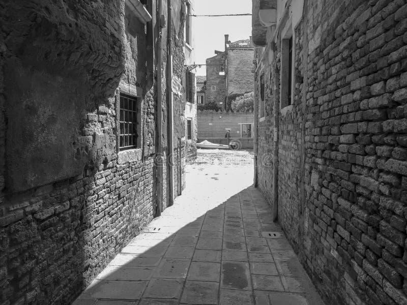 Allée étroite noire et blanche l photographie stock libre de droits