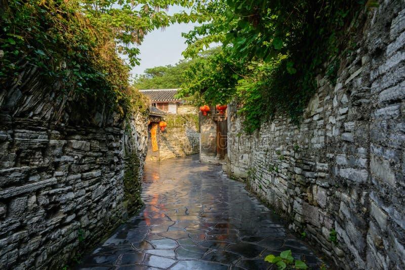 Allée antique avec les murs en pierre dans le matin ensoleillé de ressort après rai images libres de droits