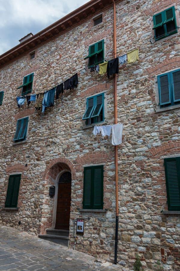 Allée avec l'avant de maison dans la vieille ville Suvereto, Toscane, Italie images stock