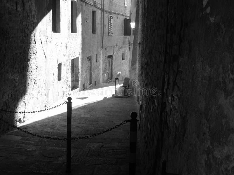 Allée cachée dans la vieille ville de Sienne La Toscane, Italie Pékin, photo noire et blanche de la Chine photos libres de droits