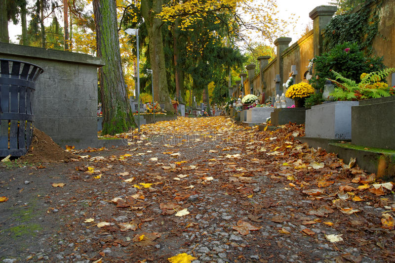 Allée de cimetière photos stock
