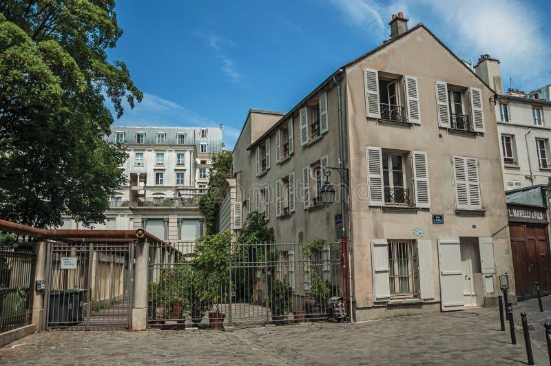 Allée de Montmartre's avec la façade de bâtiment et porte de fer dans le jour ensoleillé de fin de l'après-midi à Paris images stock