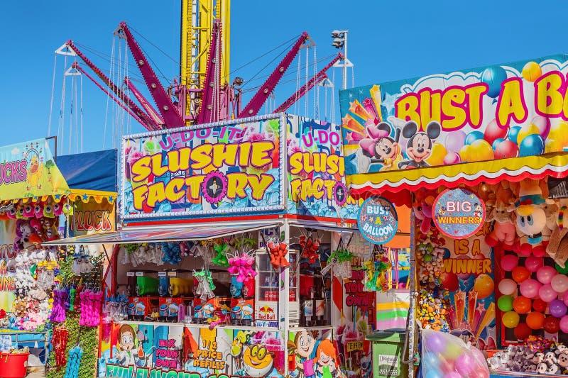 Allée de numéro de cirque avec des stalles de nourriture et de jeu à une fête foraine images libres de droits