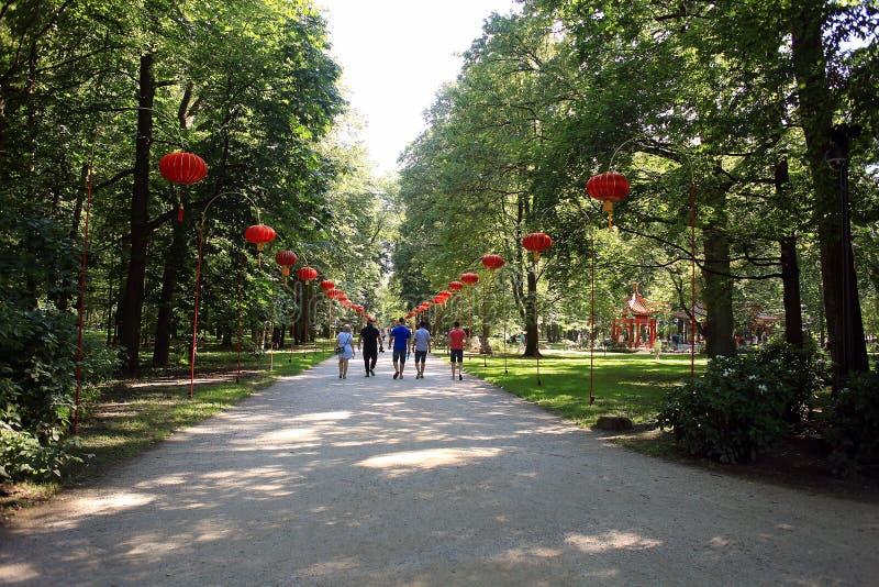 Allée en parc dans le style chinois avec des lanternes photo libre de droits
