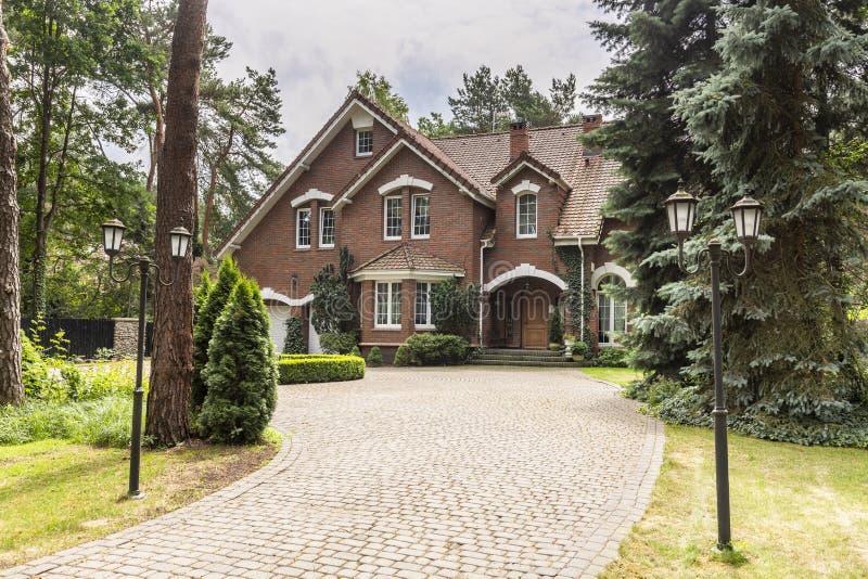 Allée en pierre à loger dans le style architectural anglais en FO image stock