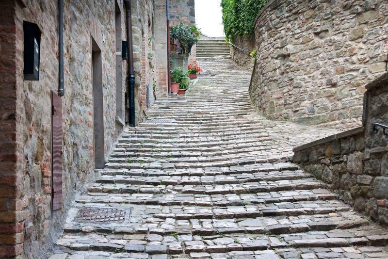 Allée/escaliers dans un village en Italie photo libre de droits