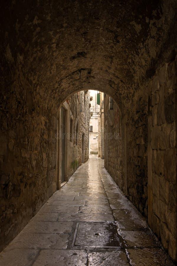 Allée et tunnel étroits à la vieille ville de la fente images stock