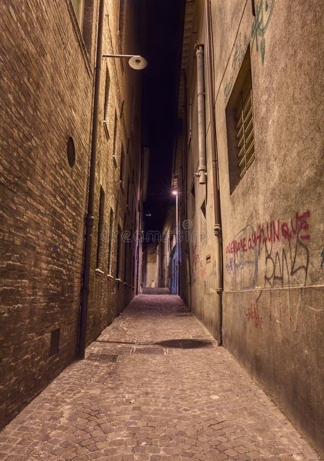 Allée foncée dans la vieille ville photo stock