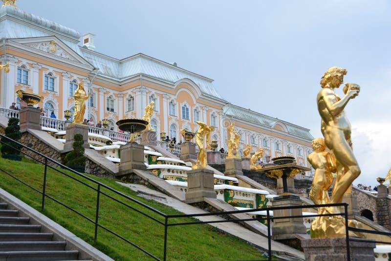 Allée grande de cascade et de fontaines dans Peterhof photographie stock