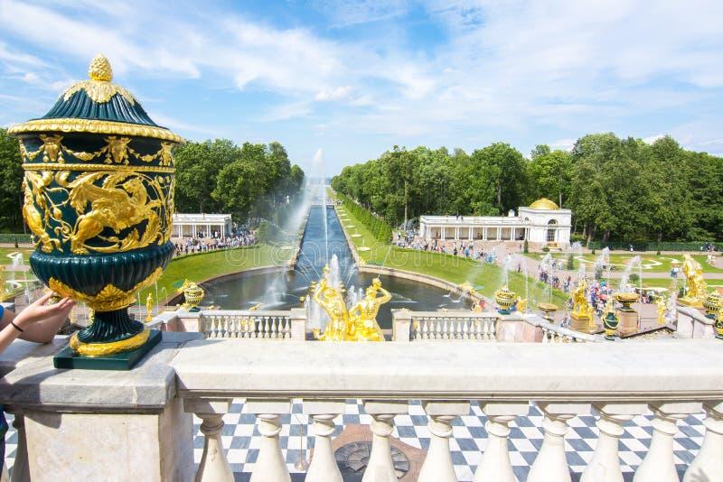 Allée grande de cascade et de fontaines dans Peterhof, St Petersburg, Russie images libres de droits