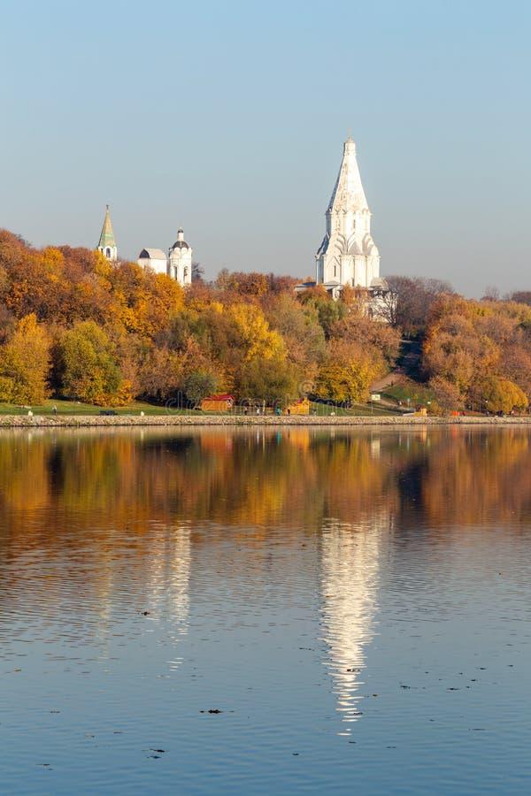 Allée le long de la rive sur le fond du parc d'automne Tour de l'église orthodoxe Réflexions dans l'eau photographie stock