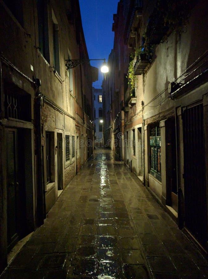 Allée pluvieuse à Venise images stock