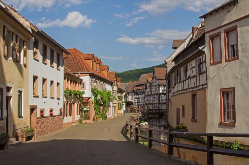 Allée près du courant du bief, village d'annweiler, Sarre photos libres de droits
