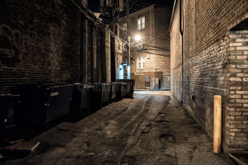 Allée urbaine du centre sombre et effrayante de coin de la rue de ville la nuit images stock