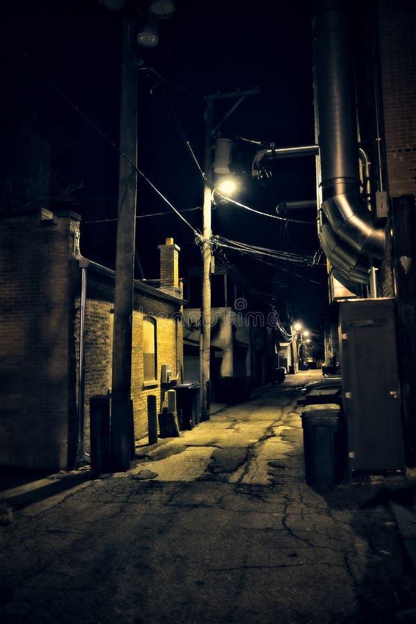 Allée urbaine effrayante vide sombre de rue de ville la nuit image libre de droits