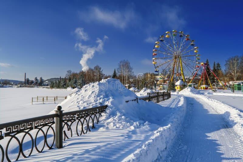 allées neigeuses du parc un jour ensoleillé d'hiver photographie stock libre de droits