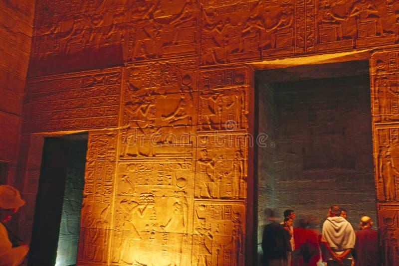 Allégement égyptien et touristes à l'intérieur de temple de Philae photographie stock libre de droits