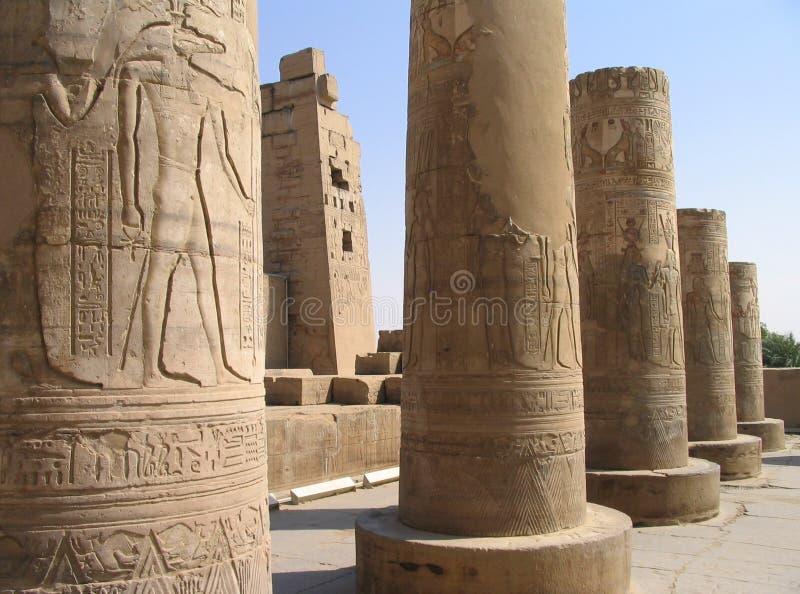 Allégements imagés sur des fléaux de temple de Kom Ombo, Egypte photographie stock libre de droits