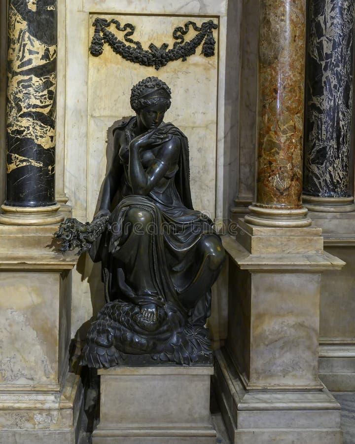 Allégorie de la statue en bronze de Constance, tombe monumentale du condottiero Gian Giacomo Medici par Leone Leoni, Milan Cathed images libres de droits