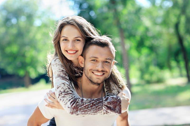 All'aperto ritratto degli amanti giovane e donna felici immagine stock