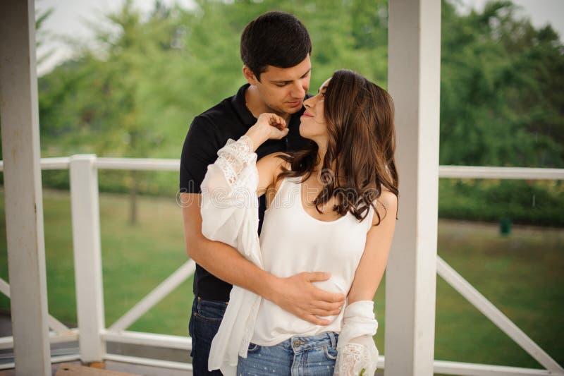 All'aperto storia di amore di bei donna ed uomo immagini stock