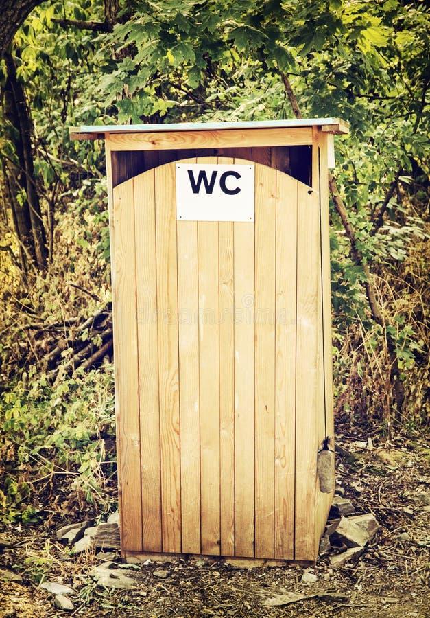 All'aperto toilette o latrina di legno fotografie stock libere da diritti