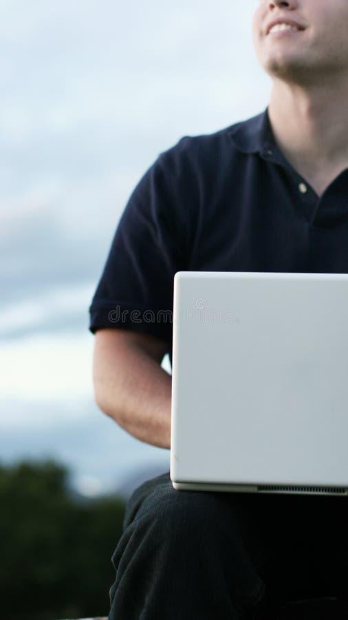 All'esterno, anche con il computer portatile fotografie stock libere da diritti