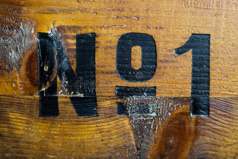 All glamour är borta: Nummer ett som målas på den gamla träasken arkivbild