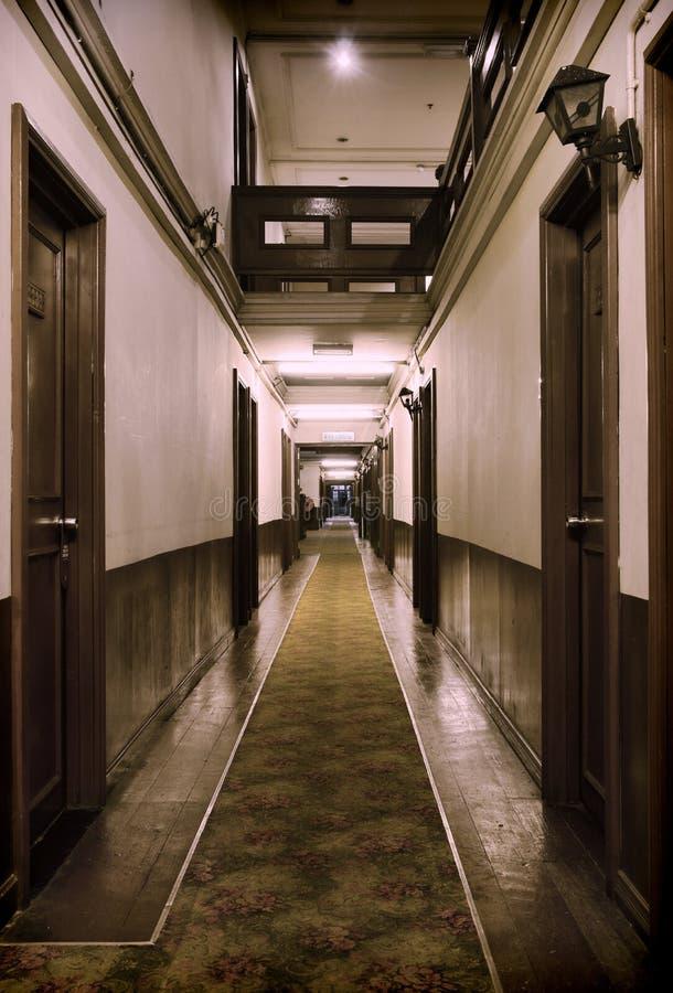 All'interno di vecchio hotel immagini stock libere da diritti