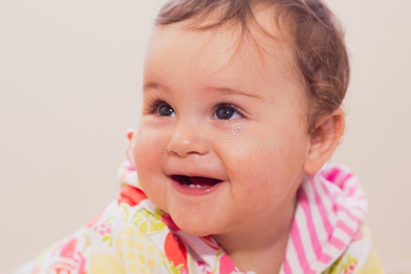 All'interno ritratto della bambina sveglia sorridente fotografia stock libera da diritti