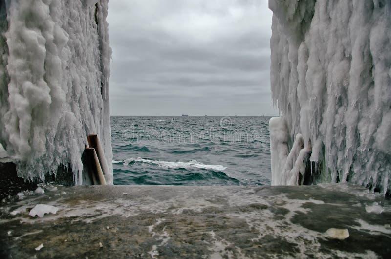 All nedstigningen till vattnet frysas på en vinterstrand royaltyfria bilder
