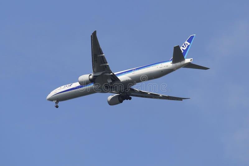 All Nippon Airways Boeing 777 no céu de New York antes de aterrar no aeroporto de JFK foto de stock