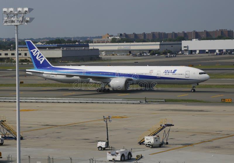 All Nippon Airways Boeing 777 que taxa no aeroporto de JFK em NY foto de stock royalty free